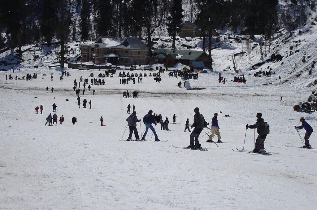 1280px-Skiing_manali