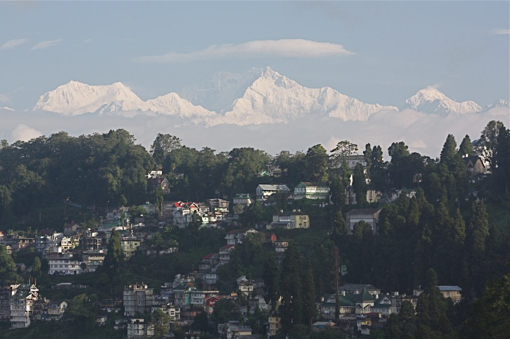 Darjeeling_with_the_Himalayas_and_the_Kangchenjunga_in_the_backdrop
